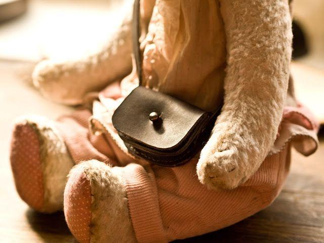 Сумка-малышка для тедди или куклы.  Размер 5,5 х 4 см.  Натуральная кожа.  Ручная прошивка вощеной нитью