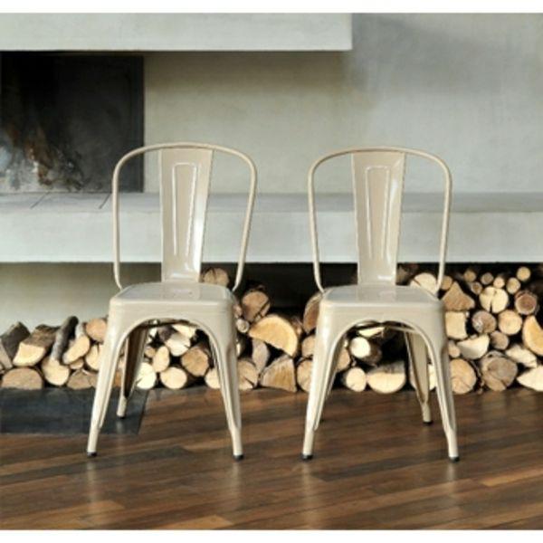 design de chaise Tolix devant un cheminer