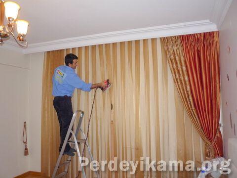 """İstanbul'da """"perde yıkama"""" hizmeti veren firmamızın işlerinden küçük bir kare. Perde montajından sonra perdede oluşan kırışıkların giderilmesi işlemi. www.perdeyikama.org"""