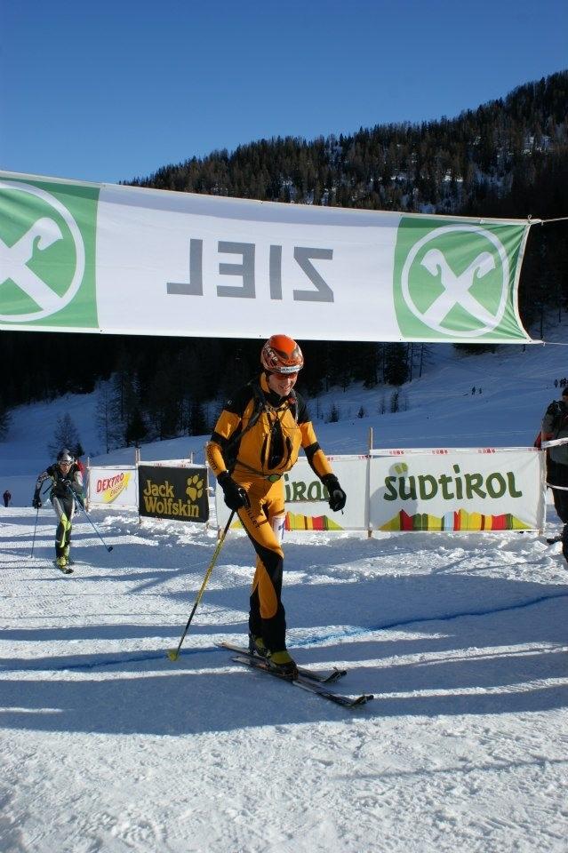 Der Weltmeister Manfred Reichegger läuft bei der ersten Ausgabe des Skialprace Ahrntal im Jänner 2009 standesgemäss als Erster durchs Ziel