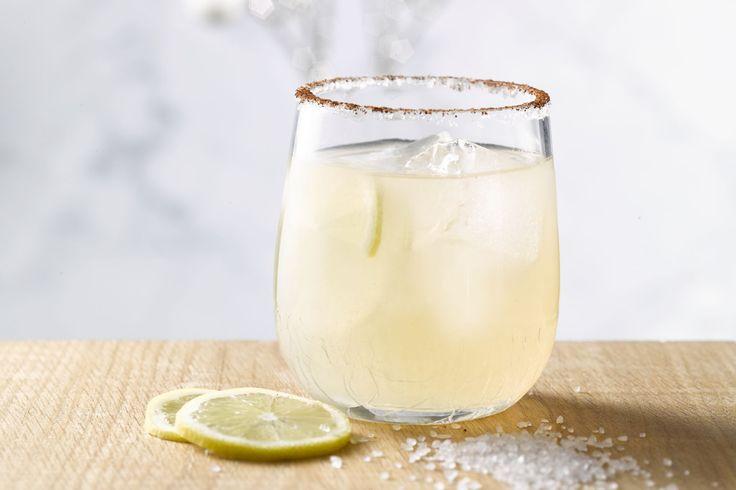 Een margarita is een klassieke Mexicaanse cocktail op basis van tequila. Dit lekkere drankje is makkelijk en lijnvriendelijk. Zalig verfrissend voor d...