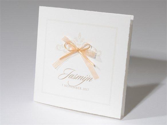 Klassiek beige geboortekaartje met grote organza strik. Dit lieve kaartje is geschikt voor zowel een jongen als een meisje. Kaartnummer 57.302, vanaf 1,16 per stuk.