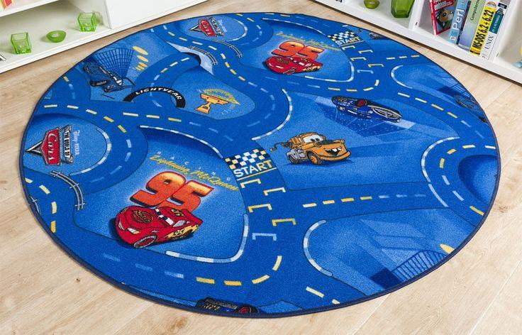 für rasante Abenteuer im Kinderzimmer. Der schöne Cars Teppich in Blau