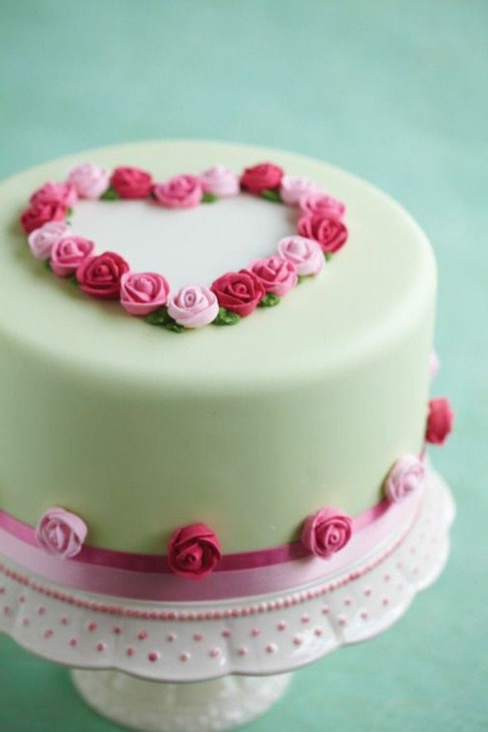 postres caseros, decoración elegante con crema en forma de rosas