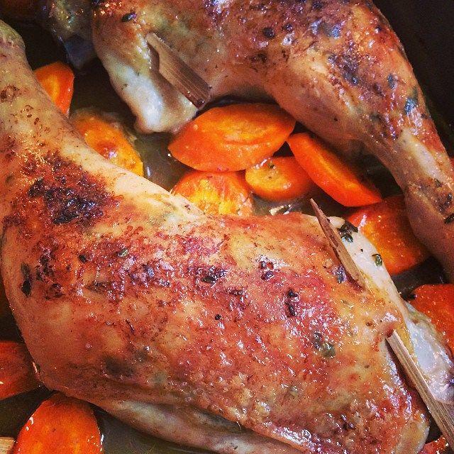 Das Rezept für diese Art von Huhn ist einer der absoluten KLASSIKER von Jamie Oliver! Kein Wunder, denn mit einem minimalen Aufwand wird aus einem Huhn eine duftende, herrlich aromatische Angelegenheit, die Haut superknusprig und zitronig, das Fleisch darunter butterzart. Es sind auch nur wenige Zutataten, die man braucht: 4 Hähnchen-Keulen (oder ein ganzes Huhn) 1 EL Butter Abrieb von 1 Bio-Zitrone (gerade wenn man die Schale verwendet, finde ich es wichtig, dass die Zitrone unbehandelt…