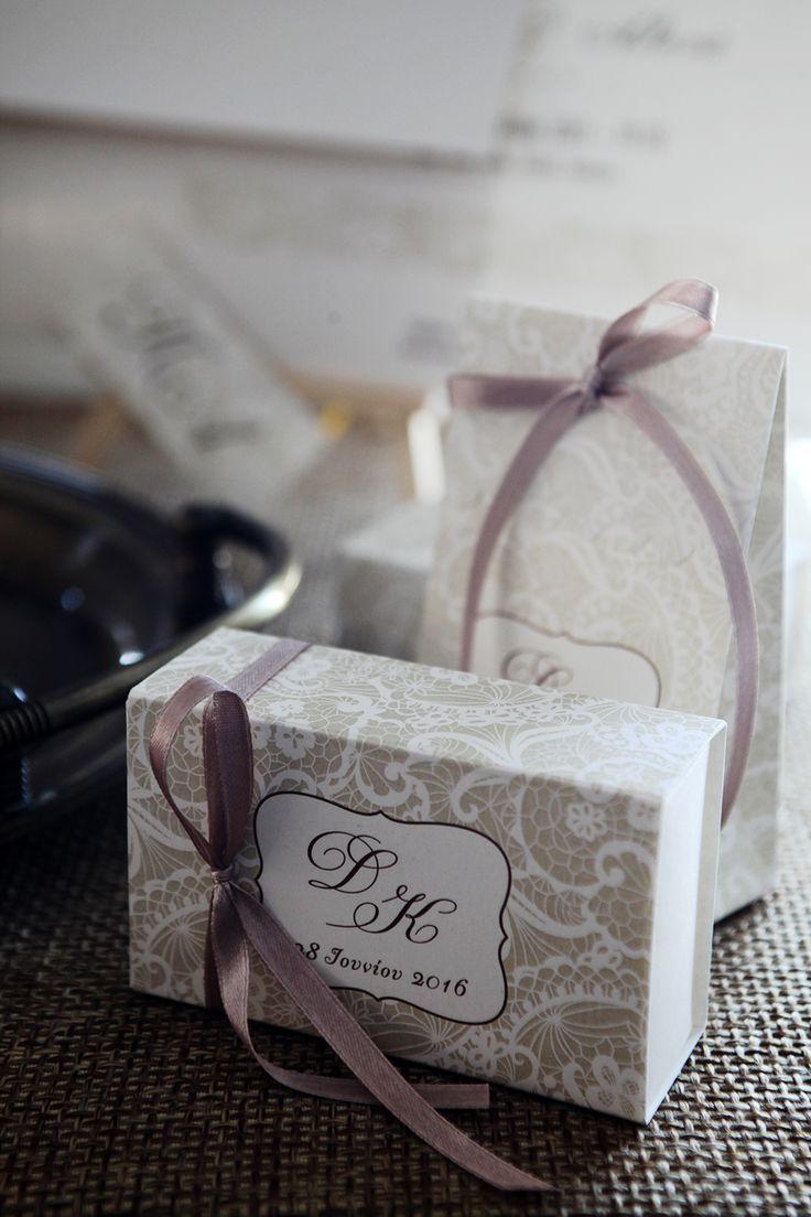 Σετ μπομπονιέρες Atelier Zolotas κουτάκια μίνι με παλαιωμένο χαρτί, vintage εκτύπωση και κορδέλα.