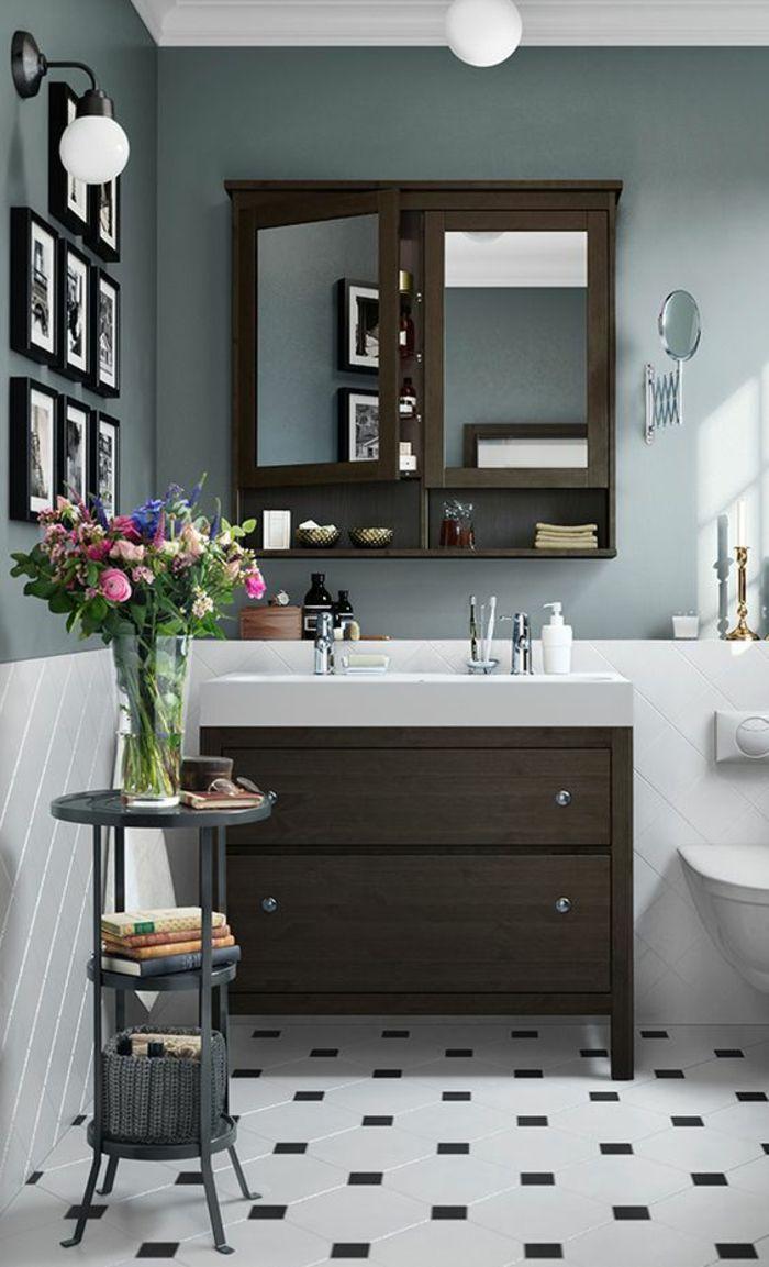 petites salle de bain avec meubles en couleur taupe et des tableaux miniatures aux cadres noirs
