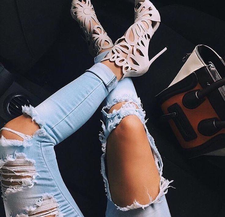 Картинка ноги в рваных джинсах