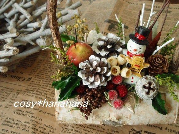 森の中の小さなクリスマスをテーマにアレンジしました。木の実が盛りだくさんです。花材…松ぼっくり モス ボラフラワー あじさいの実 ...|ハンドメイド、手作り、手仕事品の通販・販売・購入ならCreema。