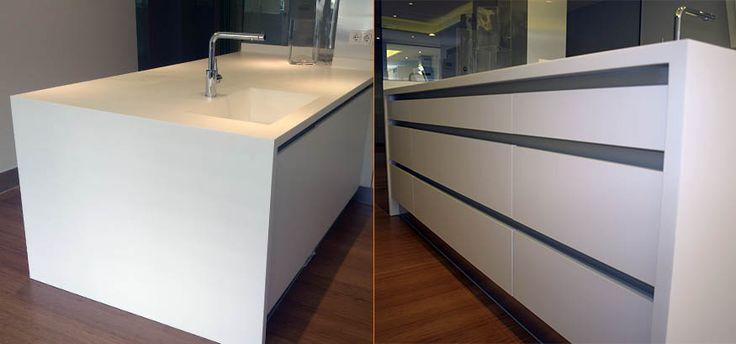 Isla de cocina en Corian® Glaciar White. Cajones con perfil Gola para su apertura.