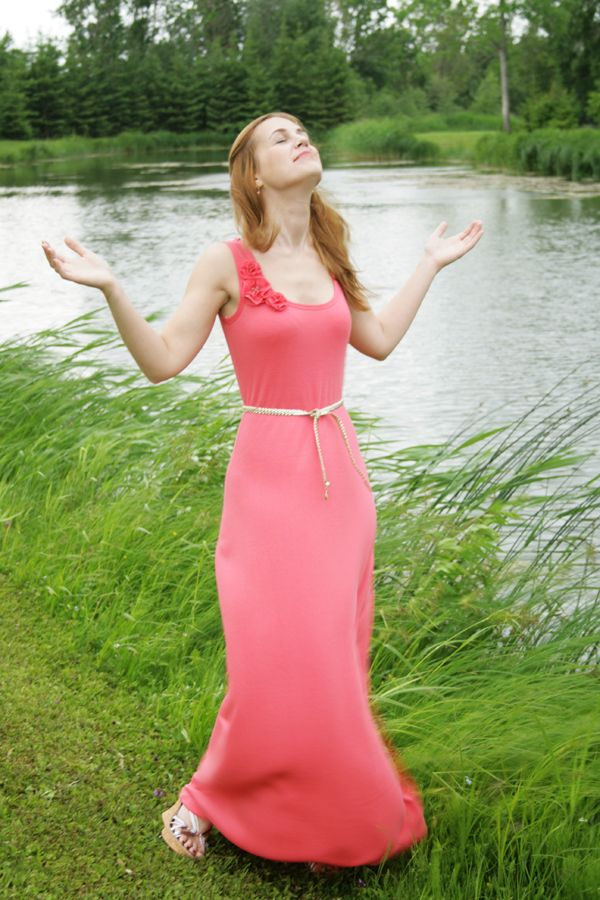 Pearls & Scissors: Simple summer jersey maxi dress (DIY) nice top of dress, she uses a tank top pattern