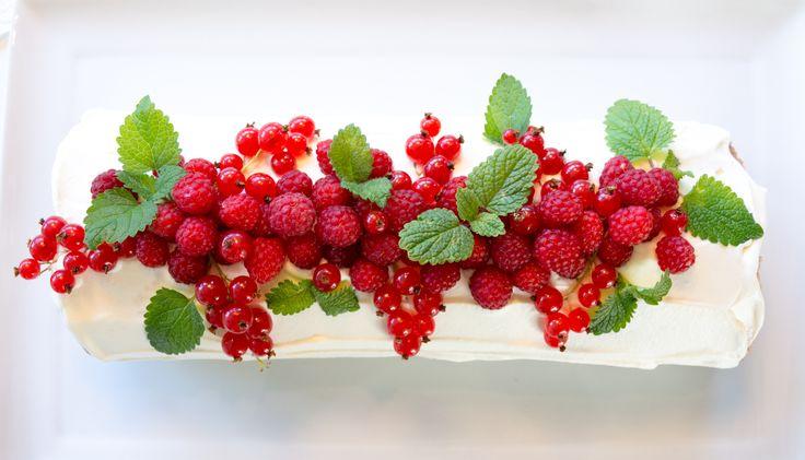Rullekake med krem og bær