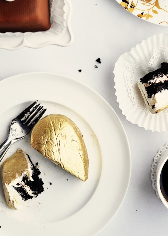 Impress your guests with these luxurious 24 karat gold luster dust cakes!