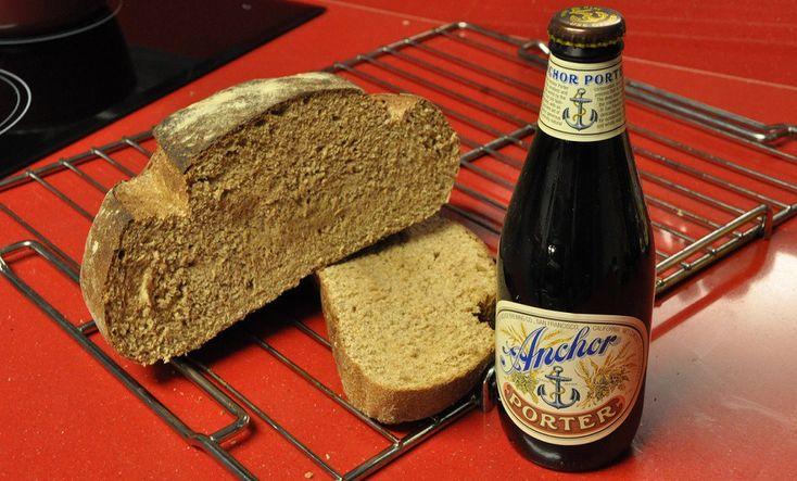 Aprenda a fazer um delicioso pão de cerveja preta para acompanhar seus cafés da manhã ou até mesmo receber seus amigos e familiares, super fácil de fazer.