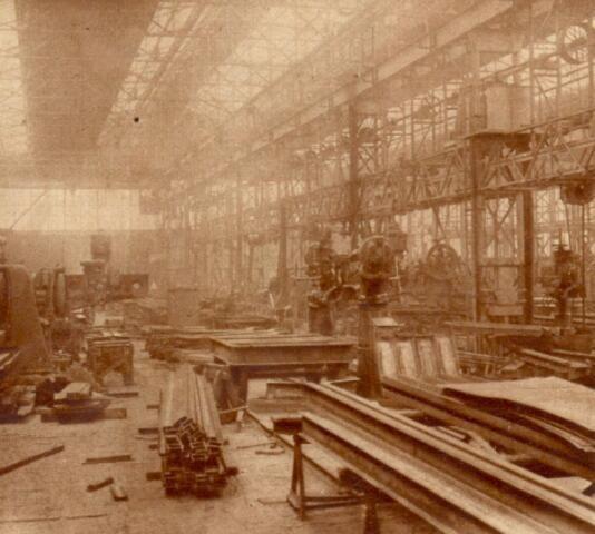 Interieur van de Nederlandsche Fabriek van Werktuigen en Spoorwegmaterieel Werkspoor te Zuilen: constructiewerkplaats. N.B. Het fabrieksterrein van Werkspoor werd per 1 jan. 1954 bij de gemeente Utrecht gevoegd. 1926