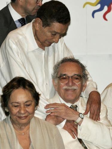 El querido músico colombiano y gran referente de la música vallenata, Rafael Escalona, saluda a su amigo y premio Nobel de Literatura durante la ceremonia de apertura del IV Congreso Internacional de la Lengua Española, celebrada en la ciudad de Cartagena, en marzo de 2007. Al lado de ambos se encuentra Mercedes Barcha, la esposa de Gabriel García Márquez.