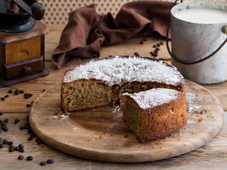 La torta caffellatte è un dolce perfetto per iniziare la giornata con la giusta energia. Soffice, genuina e delicatamente profumata al caffè.