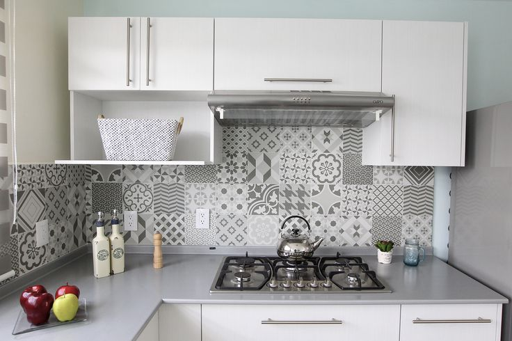 Cocina en blanco con gris,  #mosaicos, #greyandwhite, #whiteandgrey,  #whiteandgreykitchen, #lovedecor, #decoandlove