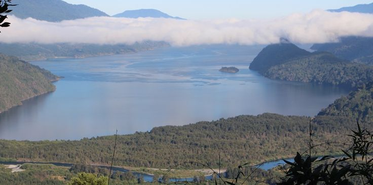 Vista del Lago Riñihue, Comuna de Panguipulli. Región de Los Ríos. Chile.