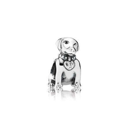 Charm de Prata em formato de cachorro da raça Labrador e pedra de zircônia cúbica no centro do pingente de coração da coleira. Eternize seu amor pelo seu cão de estimação com esse delicado e carinhoso charm.