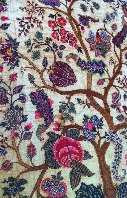 Qué mono quedaría para un mantoncillo!! Embroidered mid-18th-century palampore - Coromandel Coast, India.  Cotton with silk thread.