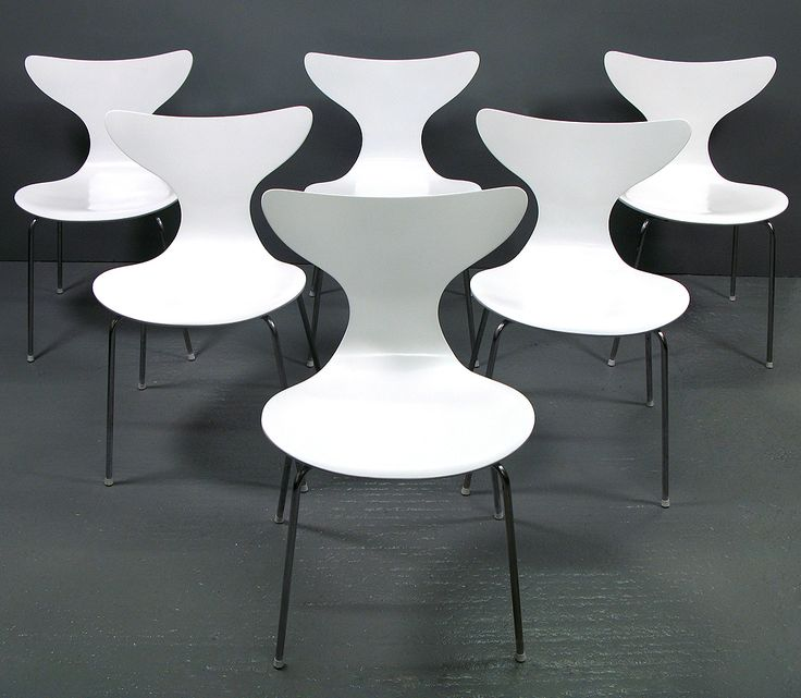 A set of six original Seagull chairs by Arne Jacobsen for Fritz Hansen. These graceful chairs are in excellent structural and aesthetic condition.   With minimal signs of age, the Fritz Hansen manufacturer plaque to the underside shows the manufacture date of 1970.   The Seagull chair was commissioned in 1968 for the Danish National Bank and remains one of Jacobsen's most desirable designs.   They would suit any modern space.