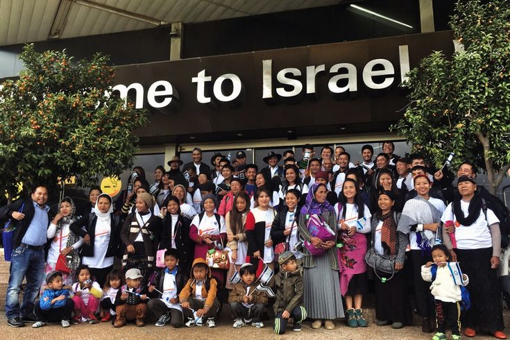 Eine Gruppe von 102 Einwanderern der Gemeinschaft Bnei Menashe sind diese Woche in Israel angekommen. Ihre Alija (Einwanderung nach Israel) wurde von Shavei Israel, einer gemeinnützigen Organisation mit Sitz in Jerusalem, organisiert.   #Alija #Asien #Bnei Menashe #Christen #Einwanderung #Israel #Israelis #Jerusalem #Juden #Judentum in Indien #Manasse (Stamm) #Nazareth #Rückkehrrecht #Sprache #Südafrika #Vertreibung #Volk