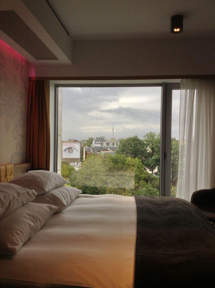 Puro Hotel, Cracovia - Come cambia la percezione di una camera di piccole dimensioni con una vetrata panoramica sulla città.
