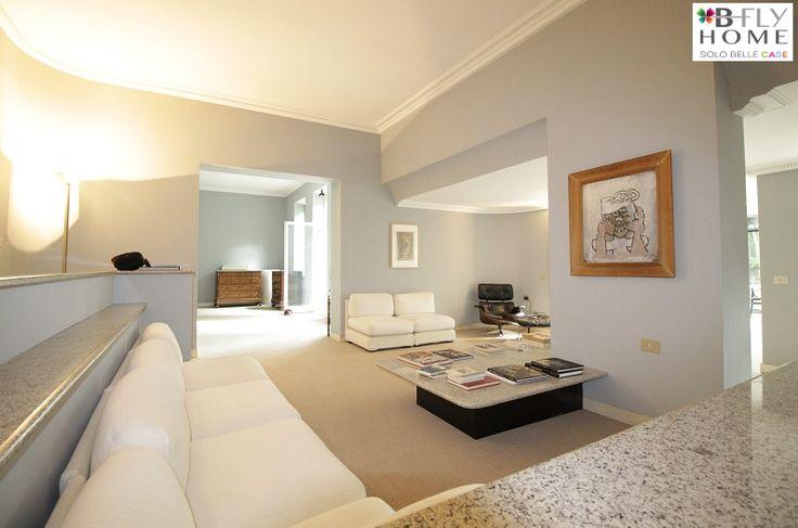 Propiniamo a Milano, via Giasone Del Maino, splendida villa di 450mq circondata da un rigoglioso giardino privato. La proprietà è disposta su quattro livelli collegati da ascensore interno. In vendita a €2.665.000.