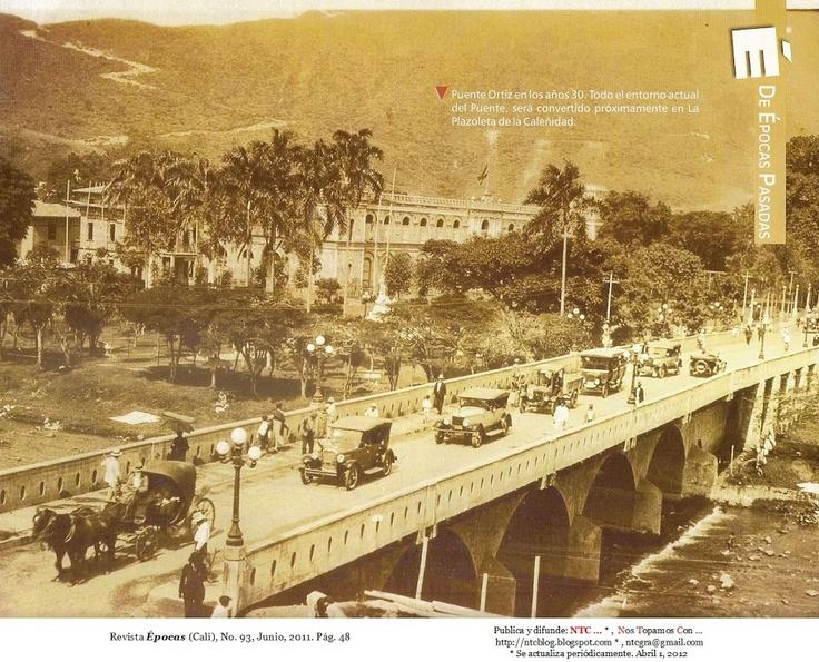 Puente Ortiz, Cali, 1930. Y el Batallón Pichincha  Captada, posiblemente, desde uno de los pisos altos del Hotel Alferez Real. Tomada de: Revista Épocas (Cali), No. 93, Junio, 2011. Pág. 48