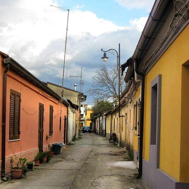 🇮🇹 San Martino, Calabria #sanmartino #calabria #provinceofreggiocalabria #reggiocalabria #melbournelifelovetravel #littletown #village #villagelife #vintage #heritage #yellow #orange #lamplight #rustic