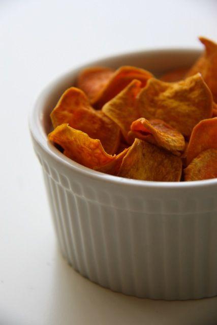 Édesburgonyachips – egészséges falat Cseréljük le a bolti, magas só (nátrium) és zsiradéktartalmú chipseket és falatozzunk házi készítésűeket! Készítsük el vendégváró harapnivalónak, vagy akár filmezéshez rágcsálnivalónak! Íme a recept!