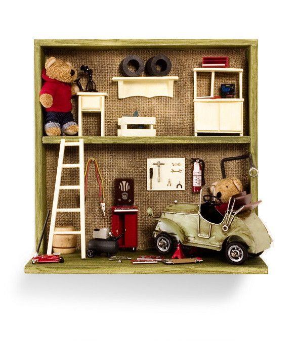 Quadro para porta de maternidade ou quarto do bebe ou criança. Peças da oficina em miniatura e carrinho em latão, com bichinhos de pelúcia. Pode ser adicionado o nome da criança em formato de placa da oficina.