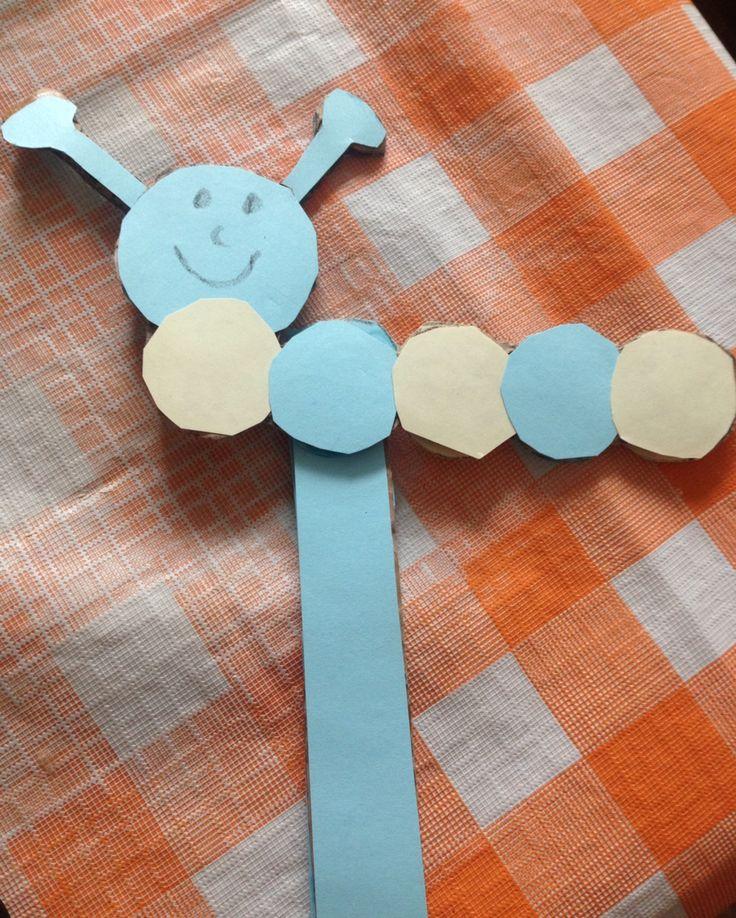 Rups knutselen met peuter Nodig: karton, gekleurd papier, schaar, lijm, potlood/stift Super simpel maar heel erg leuk!