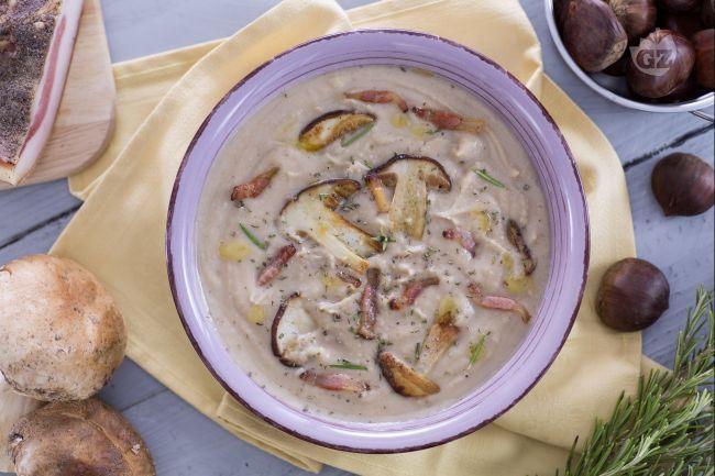 La vellutata di castagne con porcini e guanciale croccante è un primo piatto molto corposo e saporito, ideale da preparare nel periodo autunnale.