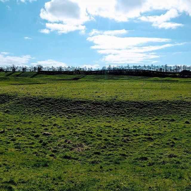 eigacom !!!アーサー王の有名な円卓(ラウンドテーブル)はテーブルじゃなくて塚だった! アーサー王がスコットランドとの戦いで拠点にしたと言われるブルーム城にも行って来ました! #OMGBLegends #キングアーサー聖剣無双 Brougham Castle 2017/04/08 15:57:51