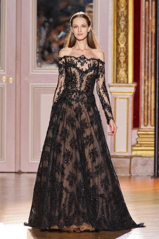 Zuhair Murad  Eğer masallar diyarında yaşıyor olsaydık, bu harika dantel elbise kötü kalpli, güzel kraliçenin giyebileceği elbiselerden biri olurdu. Fakat bu düşük omuzlu siyah tuvalet ayrıca balonun prensesi olmak isteyenler için de ideal.