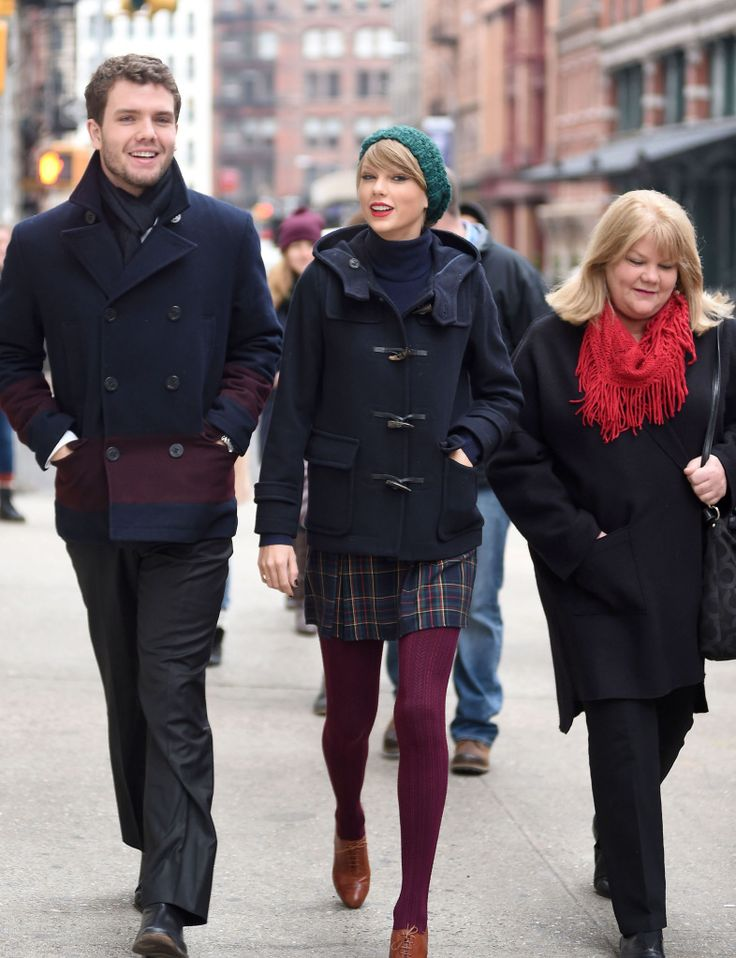 Taylor Swift And Her Hot Brother Austin And Mommy Andrea Swift Trounce Tribeca New York City - http://oceanup.com/2014/12/22/taylor-swift-and-her-hot-brother-austin-and-mommy-andrea-swift-trounce-tribeca-new-york-city/