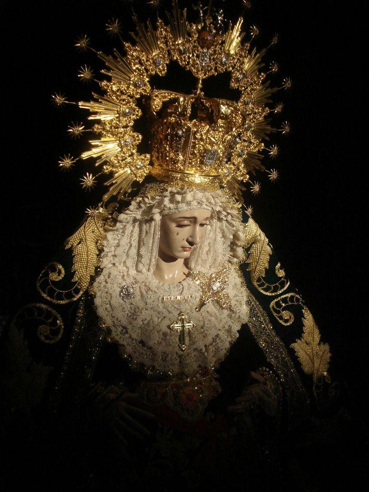 La imagen de Nuestra Señora, fue tallada por el imaginero Granadino D. Domingo Sánchez Mesa en 1952. Es una imagen de candelero tallada en madera de pino, nos retrotrae al barroco granadino. De expresión intimista. Por sus mejillas ruedan cuatro lagrimas de vidrio. Su mirada se dirige hacia abajo. Expresa el sollozo y dolor recogido de la Madre en el camino del Calvario. Sus carnaciones son pálidas y presenta manos separadas, portando un pañuelo en la derecha y un rosario en la izquierda.