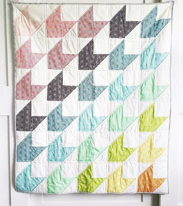 We love the simplicity of this quilt made by @babynelldesigns! Flying chevrons rainbow gradation pattern.