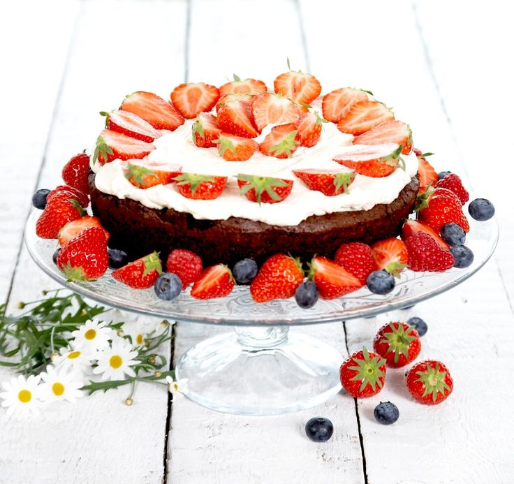 Her er oppskrift på en fantastisk drøm av en sjokoladekake! En mektig og og nydelig kake som rekker til mange. Med krem og bær er dette en skikkelig festkake til vårens- og sommerens mange kulinariske kosestunder.