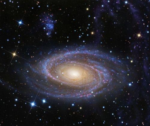 M81 y el Lazo de Arp Una de las galaxias más brillantes en el cielo del planeta Tierra y similar en tamaño a la Vía Láctea, la grande y hermosa galaxia espiral M81, permanece a unos 11,8 millones de años luz de distancia en la constelación boreal de la Osa Mayor. Esta imagen profunda de la región revela detalles en el brillante núcleo amarillo, pero al mismo tiempo sigue las características más tenues a lo largo de los magníficos brazos espirales azules y bandas de polvo de la galaxia…
