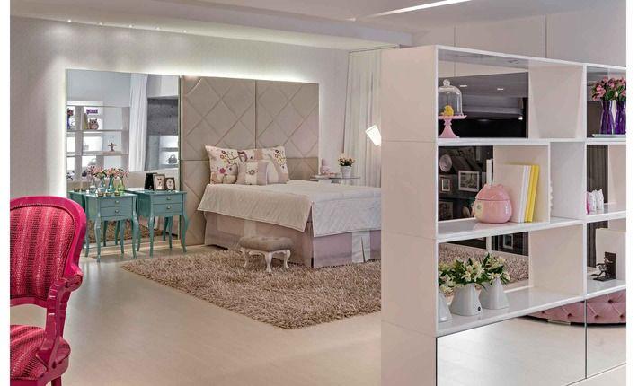 Veludo e tecidos nas paredes tornam o quarto mais convidativo, e o jogo de tons de azul turquesa, pink, bege e branco conferem divertimento ...