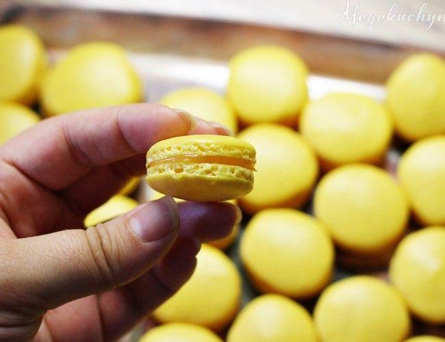 Citronové macarons, krok 15: Makronky necháme na plechu vychladnout a poté je odloupneme od pečícího papíru. Slepujeme je k sobě připraveným krémem nebo marmeládou.