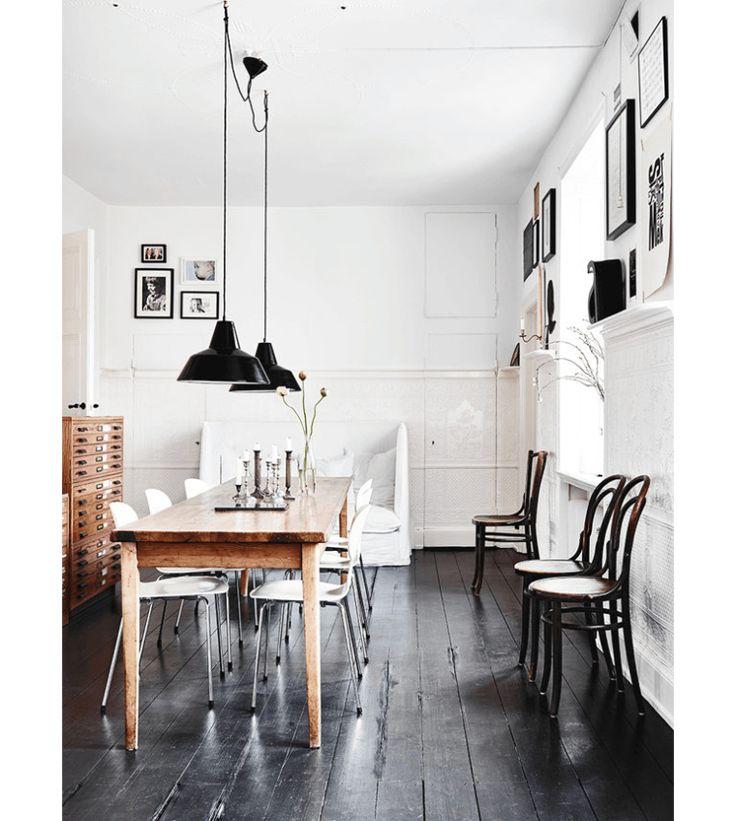 Zweeds huis met spierwitte muren en een gitzwarte vloer