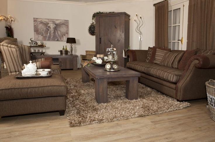 Landelijk wonen met eikenhouten meubelen en comfortabele banken. Decoratietip: Gebruik uw hocker als bijzettafel en zet er een leuk dienblad op met accessoires.