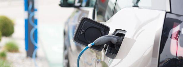 Le bonus écologique est recentré sur les voitures électriques et hybrides rechargeables, et étendu aux scooters et quads électriques. La prime à la conversion est reconduite. Le malus peut désormais atteindre 10.000 euros.
