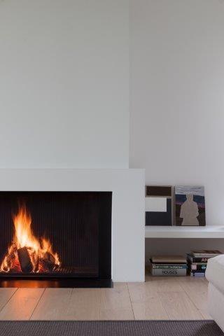 Moderne schouw onder schuin plafond