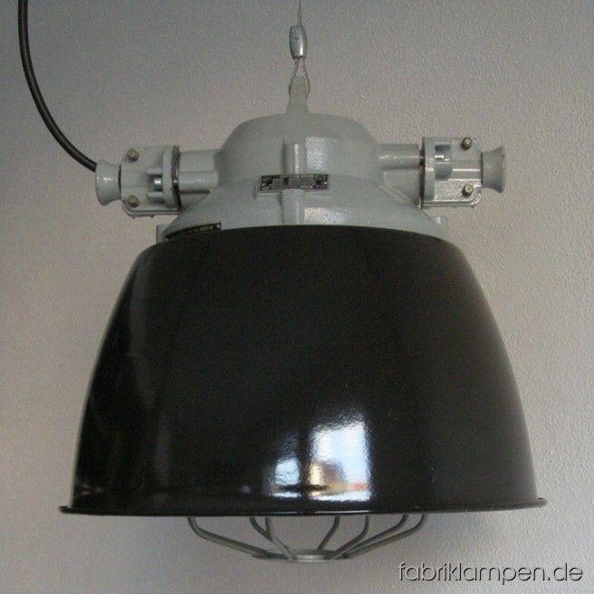 Seltene schwarze Industrielampe im schönen Originalzustand. Diese Lampen bilden einen Übergang zwischen Bunkerlampen und Emaille Lampen – sie sind robuste Bunkerlampen, die mit Emailschirmen versehen wurden. Zur Zeit haben wir 5 Exemplare auf Lager. Die Lampen sind neu elektrifiziert und ausgestattet mit E27 Porzellenfassungen. Material: schwarz (innen weiß) emailliertes Blech, hellgrau lackiertes Aluminium-Oberteil, Stahlgitter, Schutzglas. Höhe der Lampen 39 cm, Durchmesser Schirm ebenso…