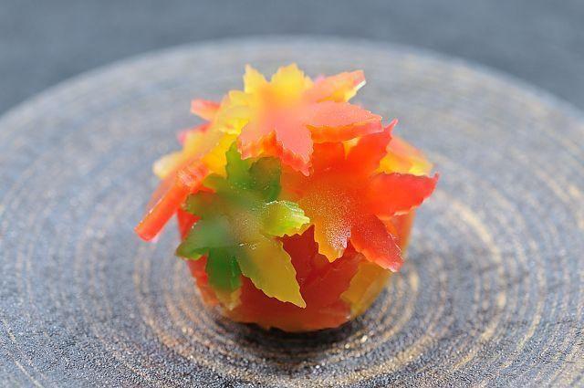 こんにちは。和菓子ライフデザイナーの小倉 夢桜です。 二十四節気『霜降(そうこう)』となり、京都市内では木々が色づき始めてきています。錦秋の京都までは、まだ少し時間がかかりそうですが、錦秋へ向かうこの時期は、多彩な色に溢れる京都の秋を楽しむことができます。 今回は、錦秋へ向かうこの時期なら